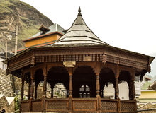 Arquitectura tradicional de los edificios del templo en Himachal Pradesh Foto de archivo libre de regalías