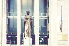 Arquitectura tradicional de Sicilia en Italia, construcción del tribunal en Catania, estatua de Themis, diosa del monumento de la imágenes de archivo libres de regalías