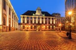 Arquitectura urbana cerca de la universidad de Wroclaw después de la puesta del sol pol Imagenes de archivo