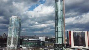 Arquitectura urbana de los edificios de oficinas de los rascacielos de la ciudad existencias Paisaje urbano hermoso almacen de metraje de vídeo