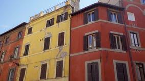 Arquitectura urbana europea hermosa Exterior del edificio residencial viejo en el centro de Roma, Italia metrajes