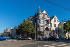 Arquitectura victoriana en San Francisco California los E.E.U.U. Arquitectura de los edificios residenciales con fachadas colorid Imagen de archivo libre de regalías