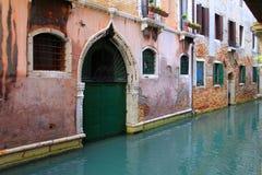 Viaje Italia: detalle de la calle típica en Venecia Foto de archivo