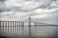 Arquitectura y concepto de diseño Puente sobre el mar en Manaus, el Brasil Paso del camino sobre el agua en el cielo nublado Dest Imágenes de archivo libres de regalías