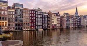 Arquitectura y edificios de Amsterdam, chanels y gran puesta del sol Imágenes de archivo libres de regalías