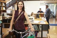 Arquiteto Arrives At Work na bicicleta que empurra o Throu Fotografia de Stock Royalty Free