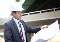 Arquiteto asiático no canteiro de obras da estrada Imagens de Stock