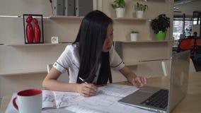 Arquiteto asiático que senta-se no escritório vídeos de arquivo