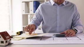 Arquiteto com o modelo que conta na calculadora filme