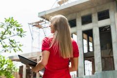 Arquiteto com regra de dobradura na frente da casa Imagens de Stock Royalty Free