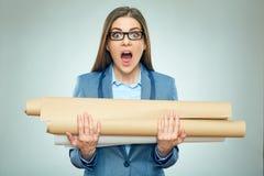 Arquiteto da menina do estudante que mantém modelos chocados por exames Foto de Stock