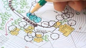 Arquiteto de paisagem Designing na planta do local filme