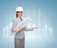Arquiteto de sorriso no capacete branco com modelos fotos de stock