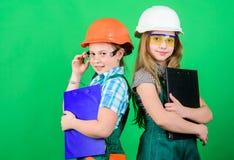 Arquiteto do coordenador do construtor Profissão futura Meninas das crianças que planeiam a renovação As meninas das crianças da  imagens de stock royalty free