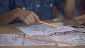 Arquiteto do estudante que olha a disposição do apartamento e que pensa sobre a remodelação filme