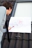 Arquiteto do homem novo que apresenta um projeto Fotografia de Stock