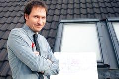 Arquiteto do homem que apresenta um projeto Fotos de Stock Royalty Free