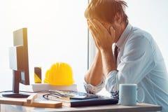 Arquiteto e coordenador de construção que tem problemas no trabalho imagens de stock