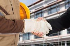 Arquiteto e homem de negócios que agitam as mãos Fotografia de Stock Royalty Free