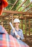 Arquiteto fêmea feliz Holding Blueprint At fotos de stock
