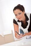 Arquiteto fêmea novo com modelo arquitectónico Fotografia de Stock Royalty Free