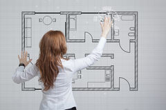 Arquiteto fêmea que trabalha com um apartamento virtual Foto de Stock Royalty Free