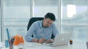 Arquiteto, homem de negócios no escritório brilhante moderno que trabalha no computador com modelo e planos filme