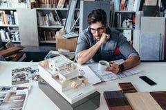 Arquiteto masculino novo que toma a ruptura do trabalho Fotografia de Stock Royalty Free