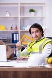 Arquiteto masculino novo que trabalha no escrit?rio fotografia de stock