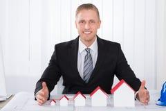 Arquiteto masculino novo Working On Blueprints Fotografia de Stock Royalty Free