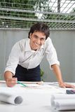 Arquiteto masculino Working On Blueprint fotos de stock