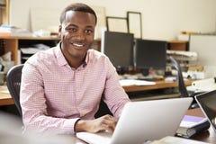 Arquiteto masculino Working At Desk no portátil Fotografia de Stock