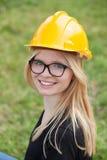 Arquiteto novo com capacete amarelo Fotos de Stock Royalty Free