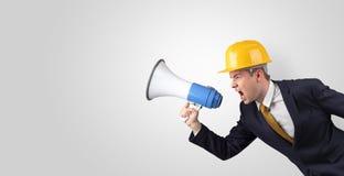 Arquiteto novo que grita com megafone imagem de stock