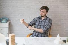 Arquiteto novo que trabalha duramente em um projeto novo Imagem de Stock Royalty Free