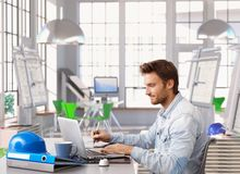 Arquiteto novo que trabalha na mesa de escritório Foto de Stock Royalty Free