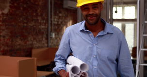 Arquiteto ocasional que anda e que sorri na câmera video estoque
