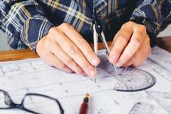 Arquiteto ou coordenador que trabalham no escritório no modelo Arquitetos foto de stock royalty free
