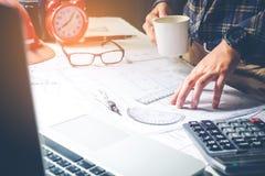 Arquiteto ou coordenador que trabalham no escritório no modelo Arquitetos imagem de stock