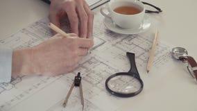 Arquiteto que esboça um projeto de construção com lápis e régua no lugar de trabalho filme
