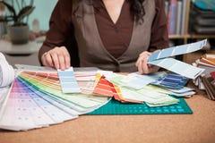 Arquiteto que escolhe das cores diferentes nos cartões Imagem de Stock Royalty Free