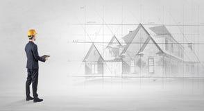 Arquiteto que está com plano da casa Foto de Stock