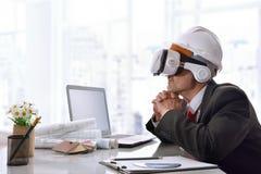 Arquiteto que olha o índice 3d em vidros da realidade virtual Fotografia de Stock