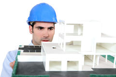 Arquiteto que prende seu modelo do edifício Foto de Stock Royalty Free