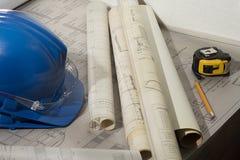 Arquiteto que revisa o esboço de desenhos arquitetónicos imagens de stock royalty free