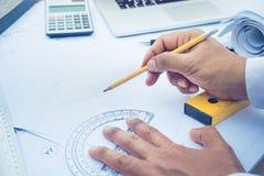 Arquiteto que trabalha com projeto de plano Conceito da arquitetura fotografia de stock
