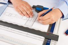 Arquiteto que trabalha em plantas arquitectónicas Fotos de Stock Royalty Free