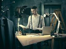 Arquiteto que trabalha na tabela de desenho no escritório Foto de Stock Royalty Free