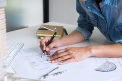 Arquiteto que trabalha no modelo, coordenador que trabalha com engineerin imagens de stock royalty free