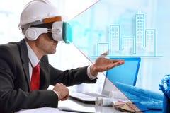 Arquiteto que visualiza a representação 3d com o gla da realidade virtual Foto de Stock Royalty Free